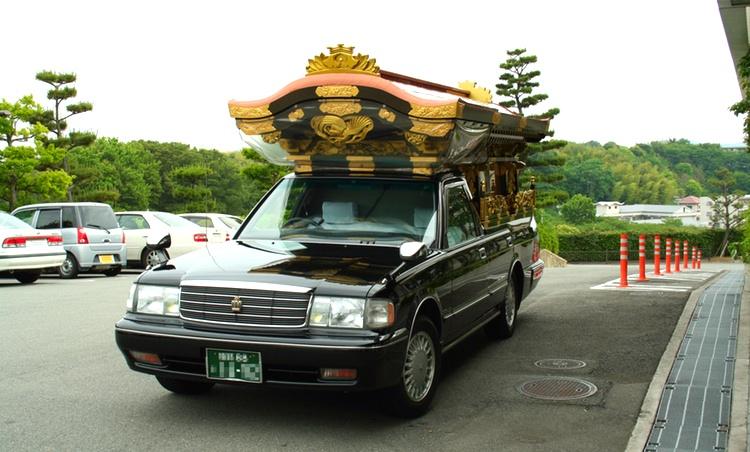 Att få åka så här flott på vägen till begravningen är ingen tröst när man tagit livet av sig efter överarbete på jobbet.  Foto: WikiMedia Commons
