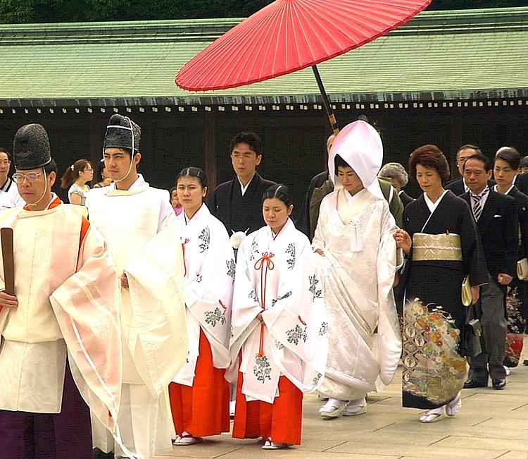 Japanerna gifter sig och skaffar barn allt senare och många väljer att inte lämna singellivet alls.