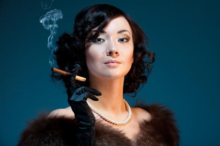 Japanska kvinnor röker mer än förr, men totala antalet rökare har inte varit lägre sedan tobaken kom till landet.