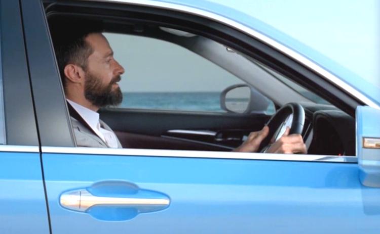 Hugh Jackman sjunger och trallar i en Toyota Crown, märkets finaste bil utanför Lexus-serien.