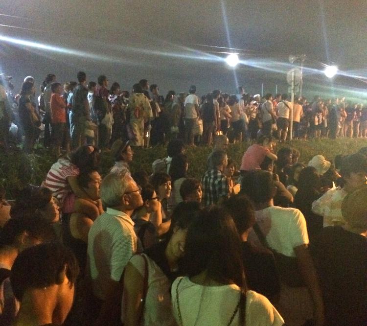 Jätteköer när tiotusentals åskådare ska gå hem efteråt. Enda nackdelen med japanska fyrverkerifestivaler.