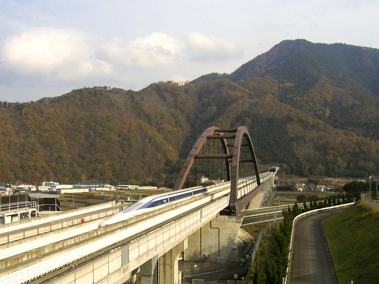 Nu har man börjat bygga maglev-nätet i Japan. Chuo-shinkansen kommer att klara sträckan Tokyo-Osaka på en dryg timme. Här teststräckan i Yamanashi län.  Foto: Wikimedia Commons