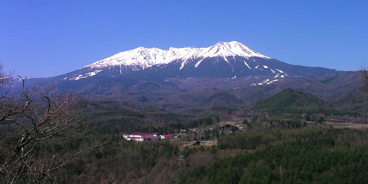 Ontake-san är Japans nästa högsta vulkan (efter Fuji-san) med sina dryga 3,000 meters höjd. Efter utbrottet den 27:e september är det betydligt gråare till färgen. Foto: Wikimedia Commons