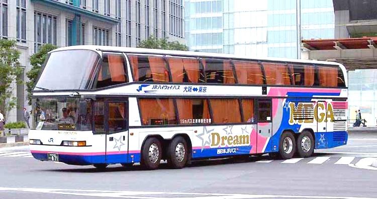 """Här en långfärdsbuss med dubbla däck. Det går att hitta riktigt lyxiga bussar med """"business class"""", men då börjar priset närma sig det betydligt snabbare tåget."""