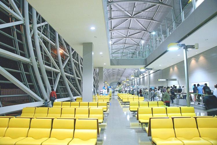 Kansai International Airport utanför Osaka är med på tio-i-topplistan över komfortabla flygplatser i Asien för folk som tvingas vänta länge på nästa kärra.