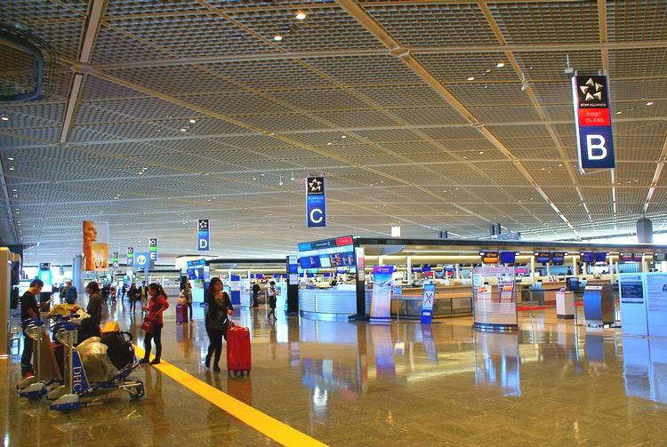 Den första och sista byggnaden de flesta turister passerar när de är i Japan: Narita Airport. Här har vi terminal 1 som du passerar när du kommer hit med SAS. Alla flygbolag i Star Alliance-gruppen ankrar sina plan här.  Foto: Wikimedia Commons