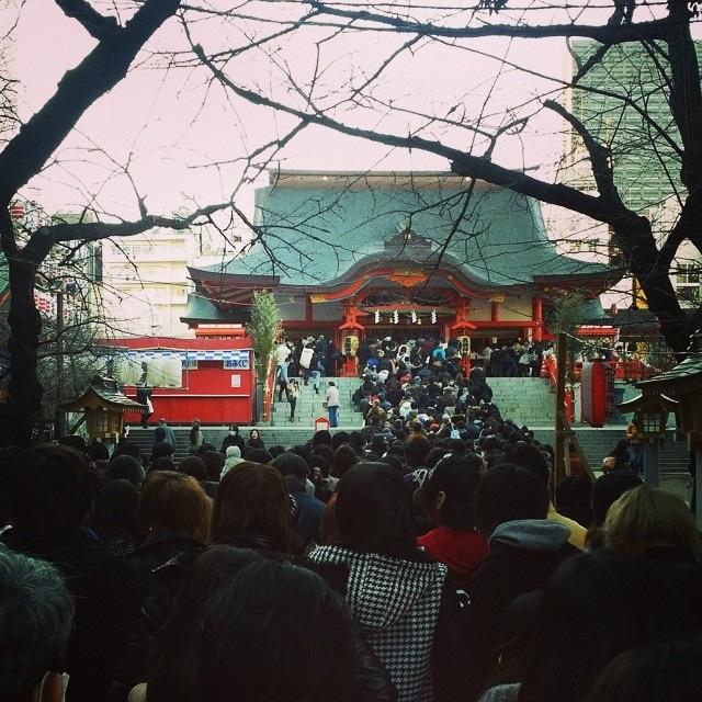 Riktigt packat med folk i många av Japans tempel på nyårsdagen, då det är kutym med ett tempelbesök för att fira det nya året.  Foto: Yuki Sera