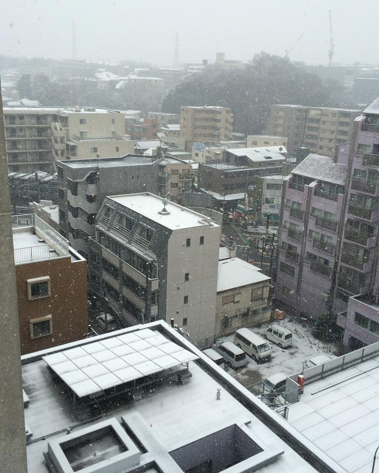 Typiskt att man ska ha möte mitt i stan när det snöar och är halt!