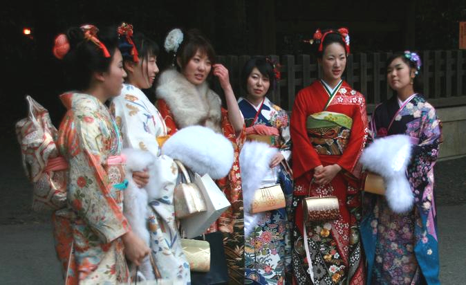 Myndighet  såldern i Japan är 20 år. Den 15:e januari firas Bli Vuxen-dagen (Coming of Age Day - Seijin no Hi - 成人の日).   Foto:  Moguphotos ,  Creative Commons License
