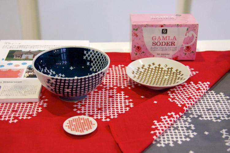 Skandinaviska mönster på tyger och porslin i japansk stil - just nu på ambassaden i Tokyo. Foto: Rieko Mise