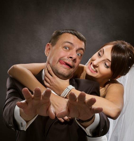 Vi hittade tyvärr ingen bild på en japansk hustru som försöker strypa sin man... Den här får duga. Foto: 123rf