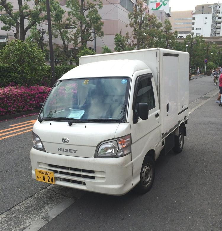 Normalstora lastbilar är en omöjlighet på Tokyos smala gator. De sköter bara transporter mellan städerna. I förorten lastar man om till en mindre lastbil och - till sist - till en sån här (fast cykeltransporter är också vanliga då de smalaste gränderna inte tillåter några motorfordon alls).