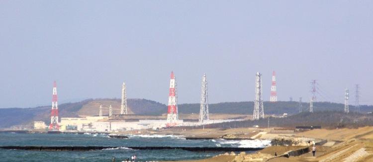 Kärnkraftverket i Kashiwazaki-Kariwa uppe i Niigata skadades i en stor jordbävning 2007. Det var det största kärnkraftverket i världen innan skadorna gjorde att flera av reaktorerna stängdes ned för gott. Inga utsläpp den gången. Foto: Creative Commons
