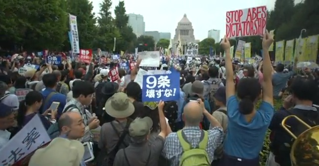 120,000 personer demonstrerar utanför japanska riksdagshuset. En mycket ovanlig syn