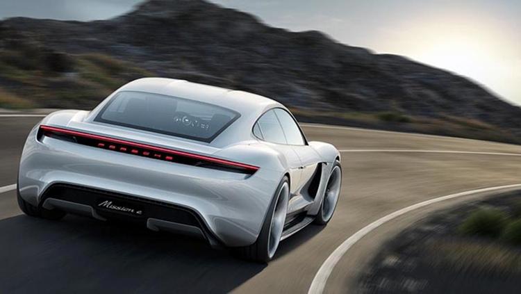 03960e085843 ... elmotorer ger 600 hk, en accelerationstid från 0 till 100 på 3,5  sekunder och en ovanligt kort laddtid (batteriet laddas upp till 80% på 15  minuter).