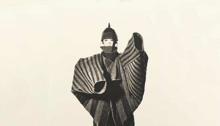 Issey Miyake, en av de riktigt trendledande japanska modekreatörerna de sista 30 åren. Ovan en bild från sent 80-tal, tror vi.