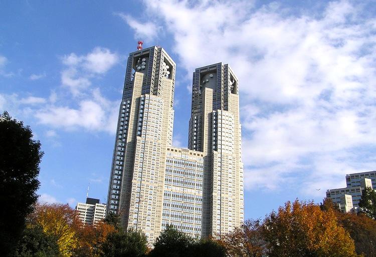 Tokyos stadshus i Shinjuku har en utsiktsvåning längst upp med fritt inträde.  Foto: Mario (Creative Commons)