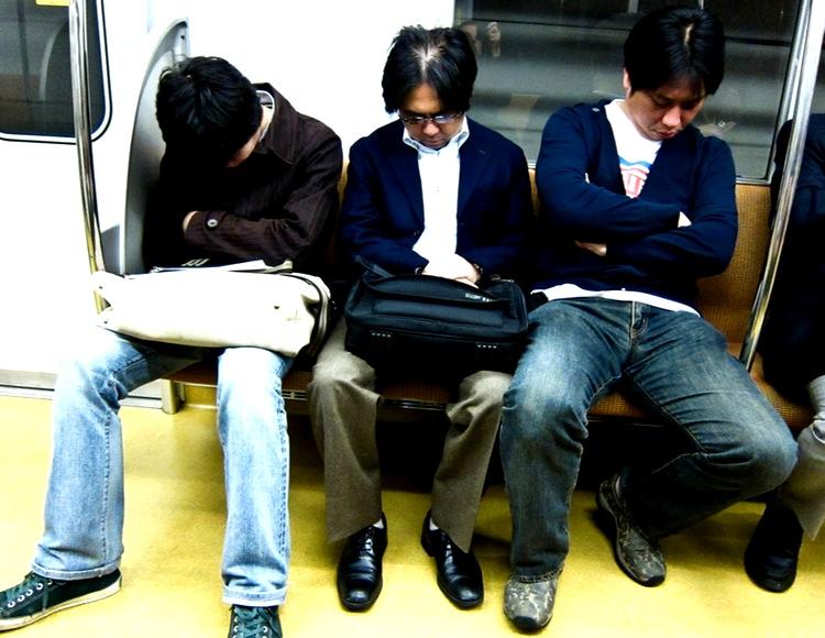 Sovande personer är en mycket vanlig syn på tågen i Japan. Man tar igen det man förlorar i sovtid på natten. Foto: Héctor García, Creative Commons (bilden något beskuren)