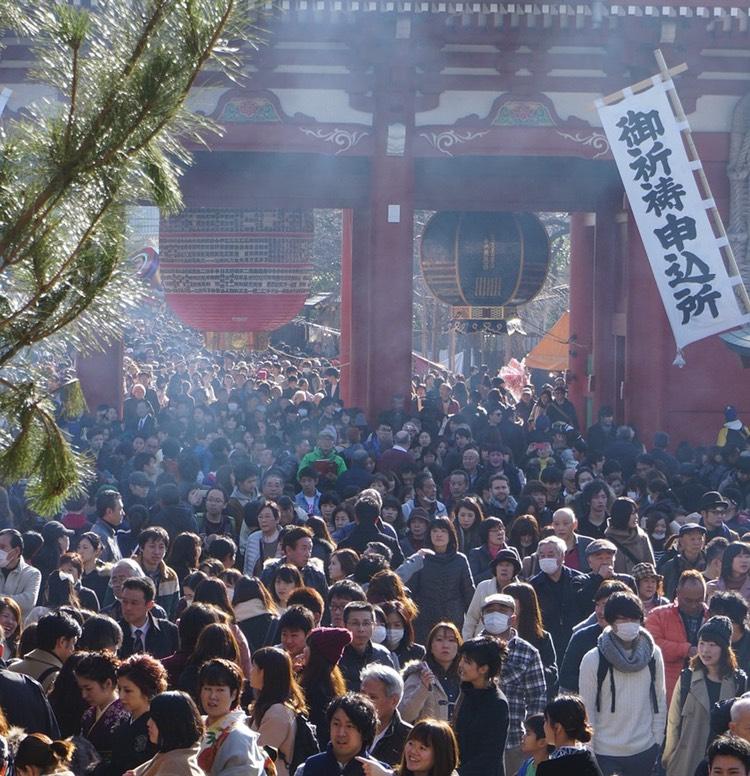 Folkmassor i japanska tempel under nyårsledigheten.. Vill man resa bekvämt i Japan ska man generellt sett undvika storhelgerna.  Foto: Public Domain