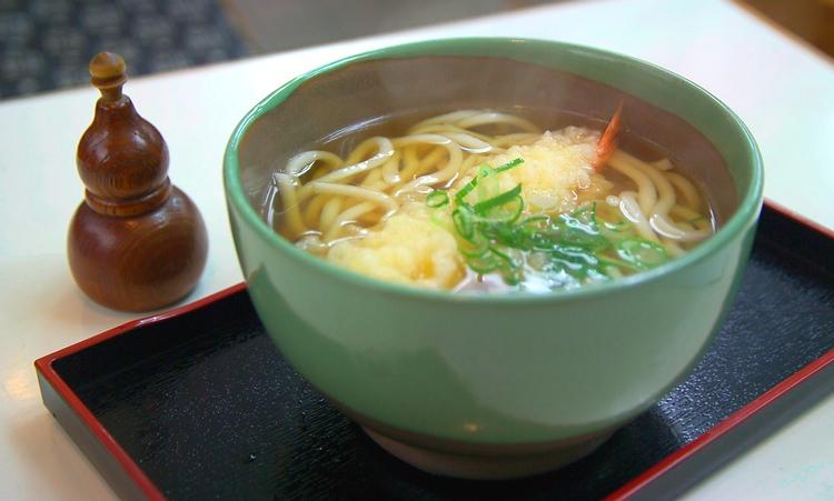 Udon - tjocka vetenudlar i japansk buljong och här med friterad jätteräka - är vanlig snabbmat i Osaka. Här finns dock i princip allt som det japanska köket kan erbjuda.  Foto: Public Domain