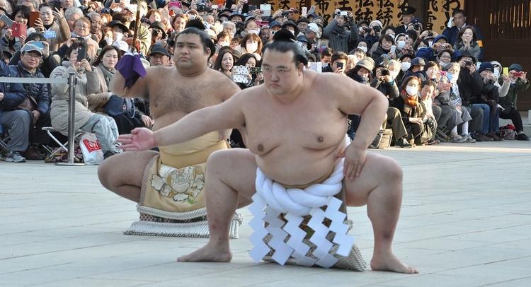 Yokozuna är den högste rang man kan uppnå som sumo-brottare. Det är också namnet på det vita rep som brottaren föräras när han vinner titeln.  Foto: Edomura no Tokuzo (Creative Commons)