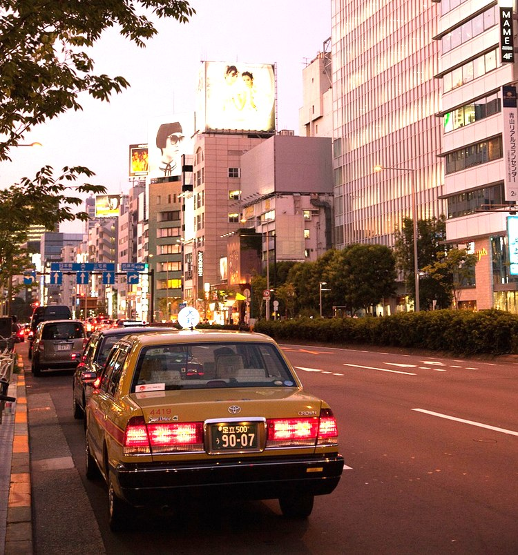 Taxi i Tokyo blev alltså billigare på korta avstånd idag. På kvällen kan man se att bilen är ledig då lampan på taket lyser.  Foto: Public Domain