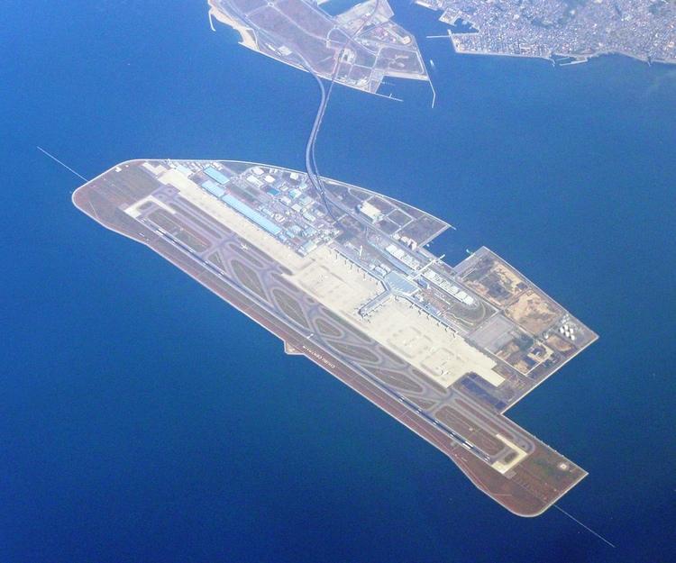 När man behöver nya flygplatser i trångbodda Japan får man ibland bygga en konstgjord ö för att få plats till den. Här Nagoya Chubu Centrair. Världens sjätte bästa flygplats enligt Skytrax. Från Skandinavien nås den enklast via Helsingfors.  Foto:BehBeh at Japanese Wikipedia (GNU Free Documentation License)