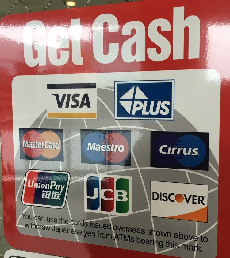Ser du den här klisterlappen på ett bankfönster kan du ta ut pengar på ditt kreditkort där.