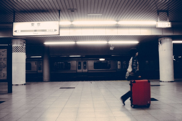 Med tanke på hur mycket japaner reser och hur många utländska turister som kommer hit, så är det knappast förvånande att det säljs en hel del resväskor i Japan. Har du en gammal och nött resväska, kan det vara idé att byta ut den när du kommer hit. Foto: Public Domain