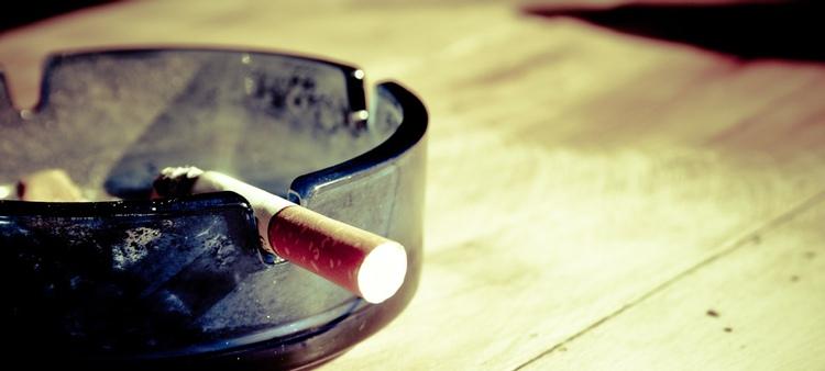 Fortfarande osäkert när det kan tänkas bli totalt rökförbud på krogen i Japan.  Foto: Public Domain