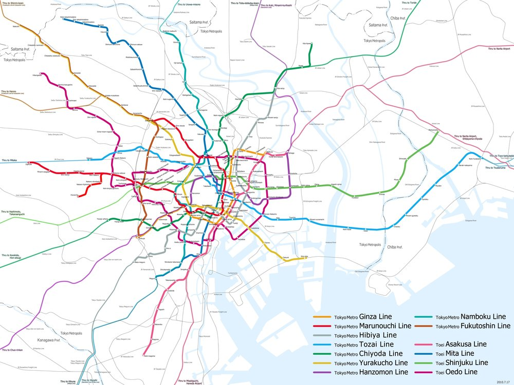 Via anslutningar till diverse olika järnvägsbolags linjer sträcker sig Tokyos T-banor oavbrutet ut i angränsande län. Imponerande infrastruktursbyggen.