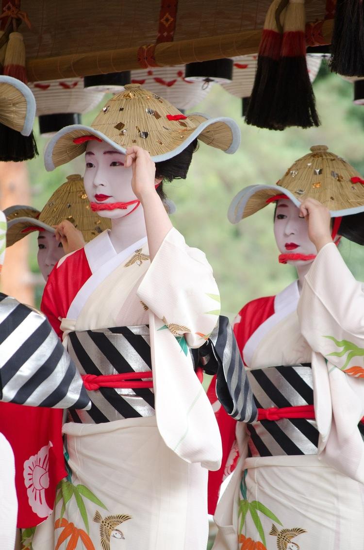 I vissa fall sammanfaller helgdagarna med gamla traditioner som man firar med dans och musik.  Foto: Public Domain