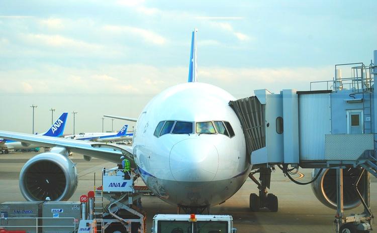 Ett ANA-plan har dockat ute på Haneda, den punktligaste av alla större flygplatser.  Foto: Public Domain