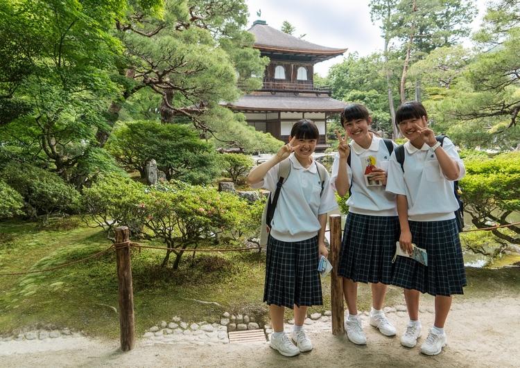 Tre skolflickor på skolresa till Kyoto. Hade de varit lediga hade de inte haft sin skoluniform på sig.  Foto: Public Domain