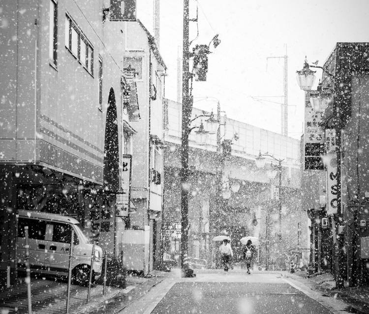 Ibland kan det gå flera vintrar på raken utan en endaste liten snöflinga i Tokyo, vilket gör att både staden och dess invånare är generellt dåligt förberedda när den väl anländer. Tokyo-bon är dåligt klädd för riktigt vinterväder.  Foto: Public Domain