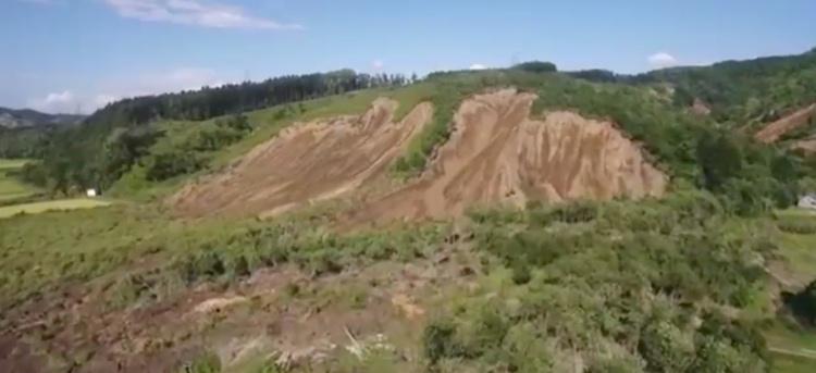 Gårdagens skalv skapade stora jordskred där hela berggsidor ramlade ned.  Foto: Japansk TV