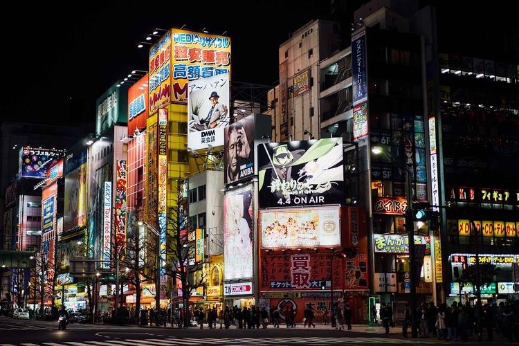 """Akihabara - """"Electric Town""""; från att ha varit elektronikbyggarnas Mekka är det numera minst lika mycket ett nördarnas himmelrike vad gäller anime, cosplay, maid cafés och annat nörderi.  Foto: Public Domain"""