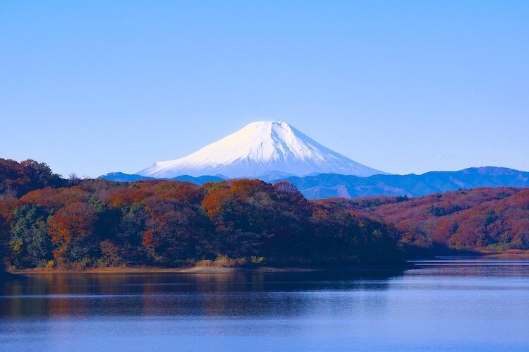 På vägen ned mot Kyoto och andra västliga städer så kan man få se Fuji i all sin prakt (om man har tur; toppen är ofta höljd i moln)..  Foto: Public Domain