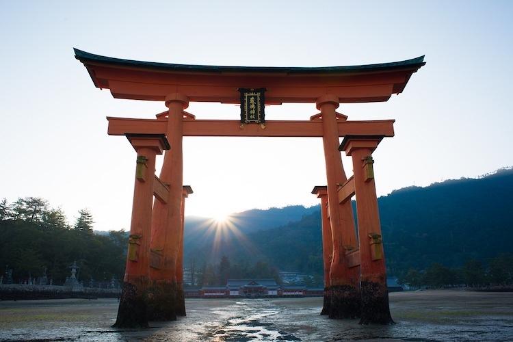 """Här den """"flytande tempelporten"""" framför Miyajima utanför Hiroshima.  Foto: Public Domain"""
