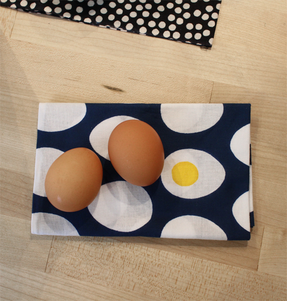 The twisting method would be a perfect way to wrap eggs. And how perfect to wrap them in this egg patterned Tenegui. If I had chickens I would definitely be using Tenegui to deliver the eggs as gifts to friends.