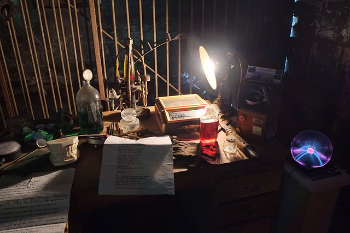 Mad_scientist's_desk_at_Steampunk_HQ.jpg