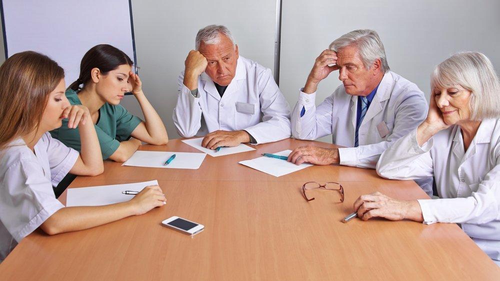 Nachdenkliches Team von Ärzten.jpg