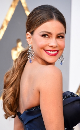 Sofia Vergara's dazzling Lorraine Schwartz diamond and blue sapphire chandelier earrings were as big as personality.