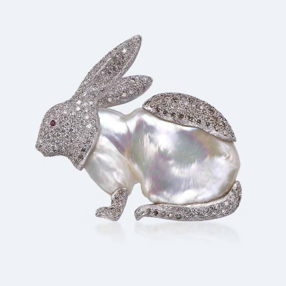 A piece of high jewellery from the Animalier collection of today's Buccellati brand: A rabbit brooch made of white gold, pearls, diamonds, fancy brown diamonds and rubies.