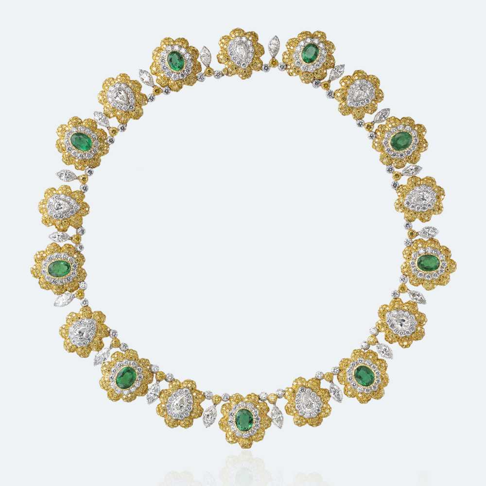 From the current high jewellery collection of Buccellati, the Fiori necklace made of white gold, yellow gold, diamonds and emeralds.