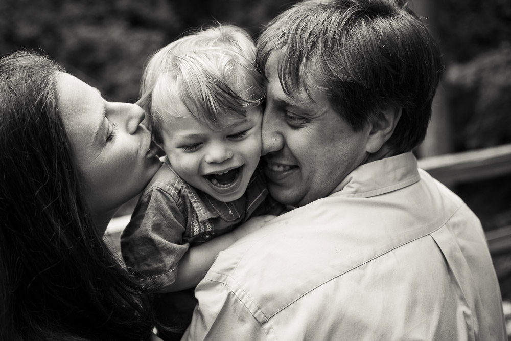 Stories Framed Photography | Wauwatosa Family Photographer | family and child session | mommy and daddy kiss a baby boy