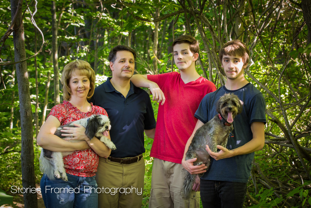 Family-Portrait-and-two-dogs-in-the-woods