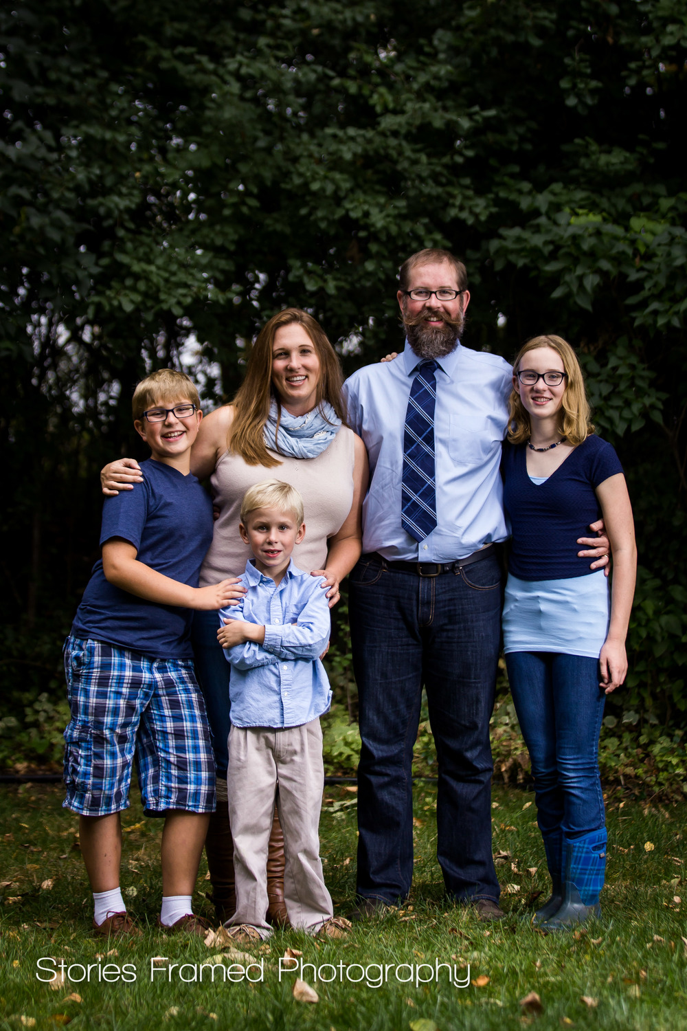 Brookfield-Family-Portrait-five-blue-backyard