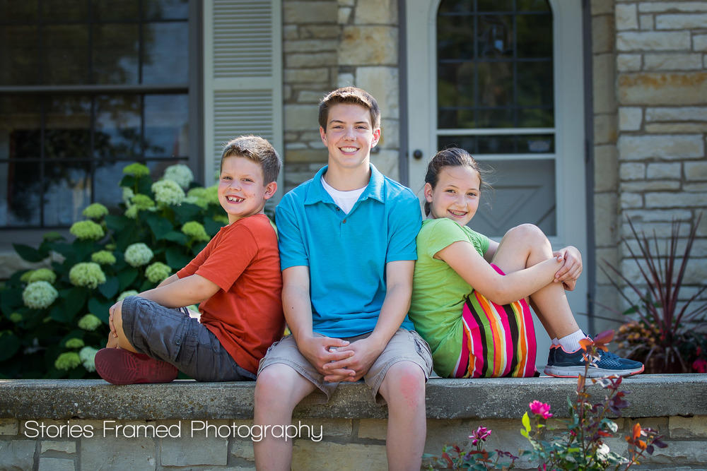 Three-kids-on-a-wall-Wauwatosa-portraits
