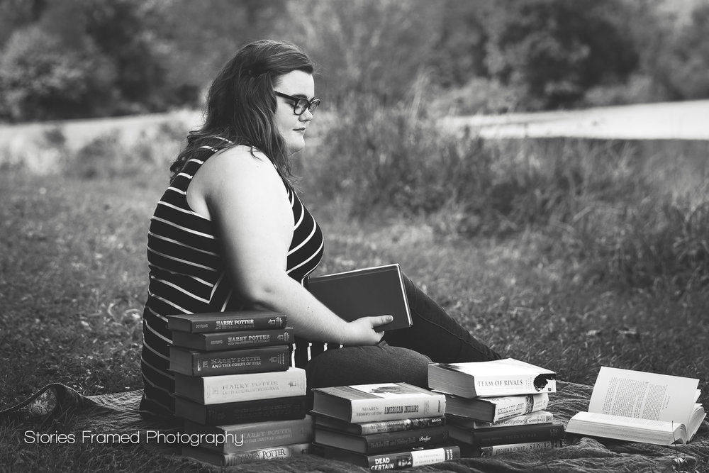 Senior-Portraits-piles-of-books-classof2017